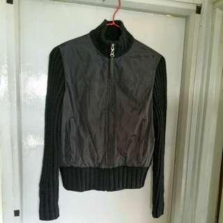 DKNY 女裝全黑色短身Jacket, Classic款樣,前後身疏織光面布,袖毛冷織直紋條子,內裡Fleece,前中拉錬頭車縫上真皮牌壓印DKNY字樣