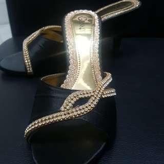 Sepatu pesta hitam