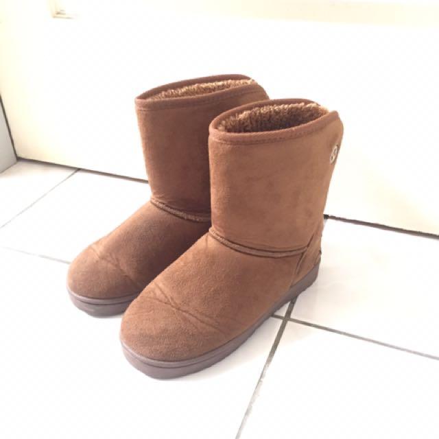 卡其色雪靴