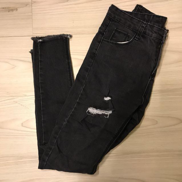 黑灰色刷破牛仔褲