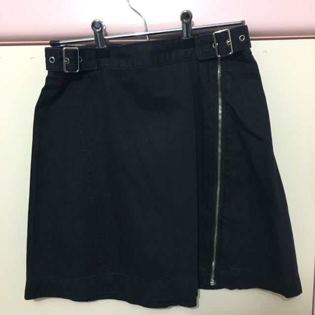 BLACK ZIP DETAILING/BUCKLE SKIRT