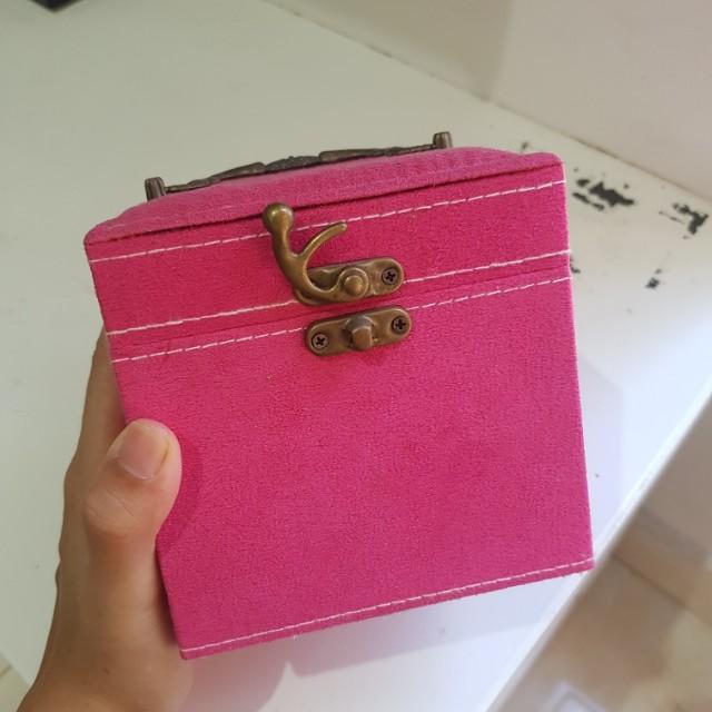 Kotak perhiasan pink
