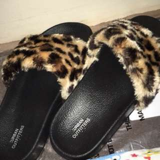 URBAN OUTFITTERS SLIPPERS FUR