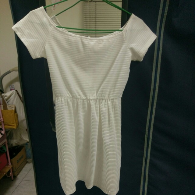 一字領白色洋裝
