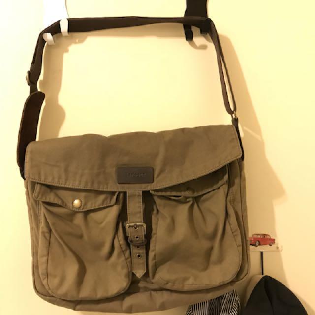 英國品牌Barbour斜背油布包