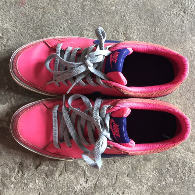 Nike Pink Tennis Shoes 5 to 6