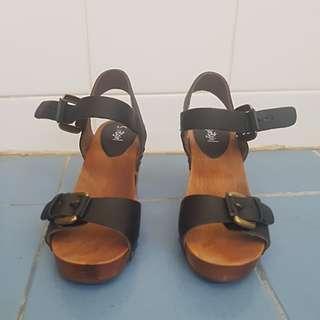 Black leather sportsgirl sandals
