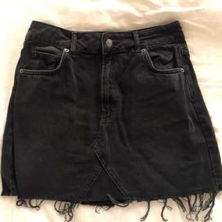 TOPSHOP Black denim skirt - size 10