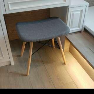 出售99.9%新簡約款梳妝凳ㄧ張,全新無用過,只是開左箱,款式時尚,尺寸長49cm x深36cm x高44cm