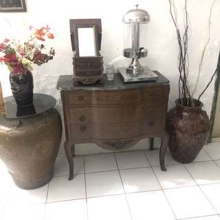 Buffet table include guci