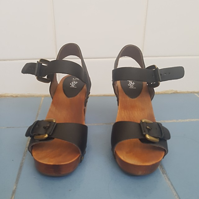 Black leather sportsgirl sandals