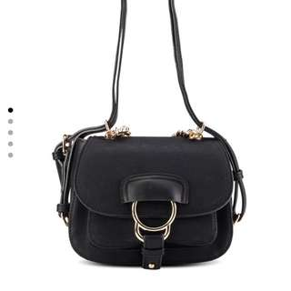 Detailed chain sling bag black