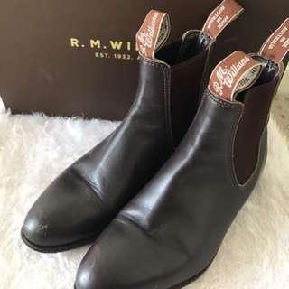 R.M William women shoe in size 2. (Fit size 5 shoe)