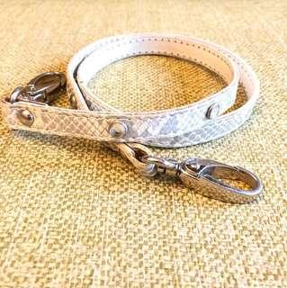白底銀色蛇皮鎖匙銀包扣帶。全長26吋