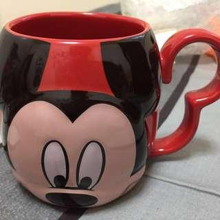米奇米妮迪士尼正版馬克杯。是一個馬克杯一面米奇一面米妮。