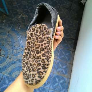Sepatu slip on Leopard