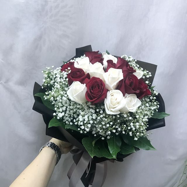 6 Cream And 6 roses baby breath Hand Bouquet