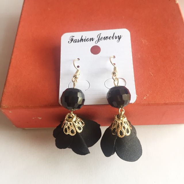 Anting Bunga Hitam