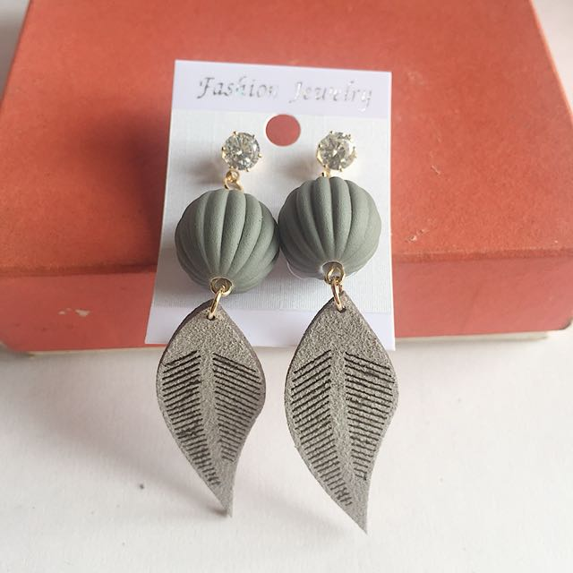 Anting daun abu abu