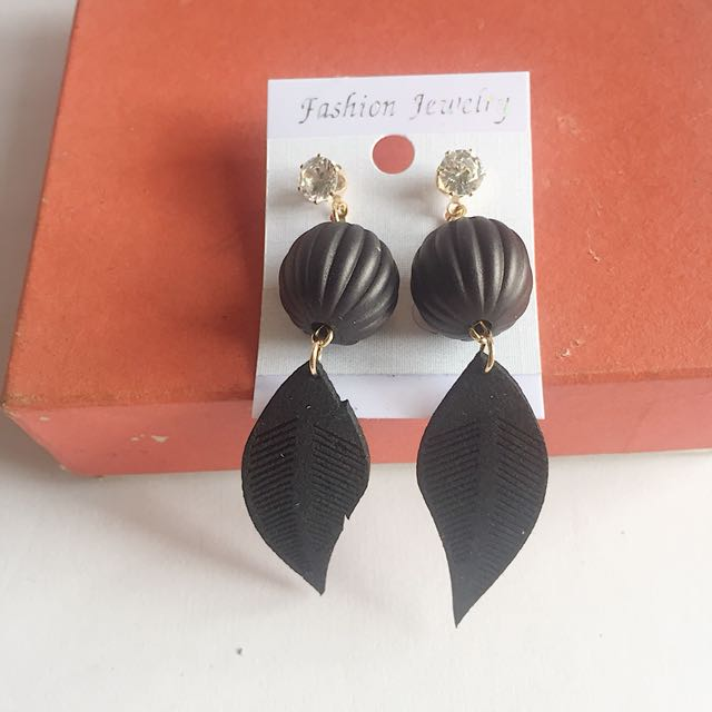 Anting Daun Hitam