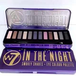 W7立體感必用12色眼妝組合-黑夜 💰100 以落日晚霞作為靈感,組合偏粉紫顏色,適合晚妝,眼影更能打造璀璨閃亮,讓你在派對中閃亮登場。