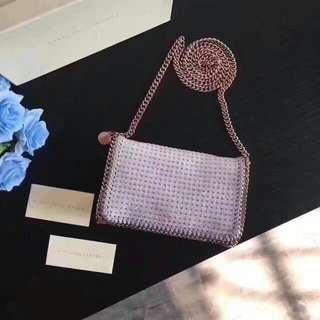 🎉斯特拉Stella McCartney鉚釘鏈條斜挎包💗標誌性的鏈條圍邊獨特又顯酷感✨將柔軟的PVC環保面料與鉚釘元素碰撞得毫無違和感✨尺寸:22*12.5*5.5cm