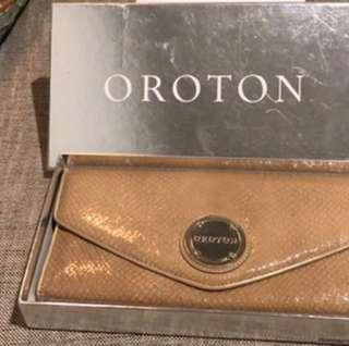 Oroton clutch