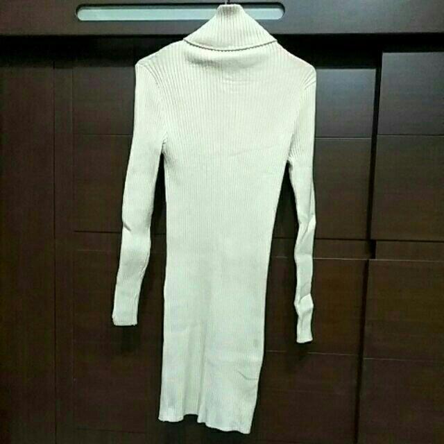 米色長版高領毛衣