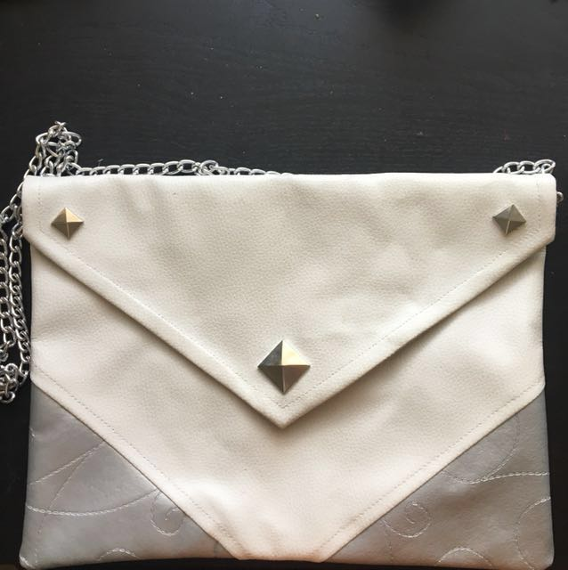 Envelope clutch with a chain