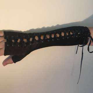 🌏 lace-up fingerless gloves