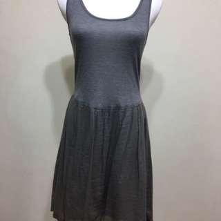 灰色連衣裙