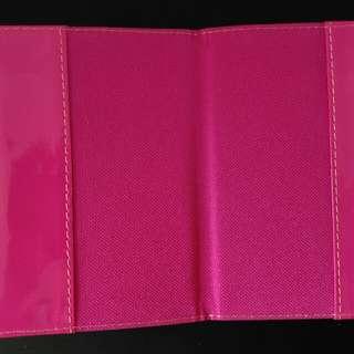 Dompet passport dan gantungan koper pink