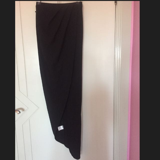Black skirt with split