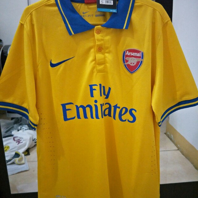 the latest 331b8 be7b4 Jersey retro Arsenal, Men's Fashion, Men's Clothes on Carousell