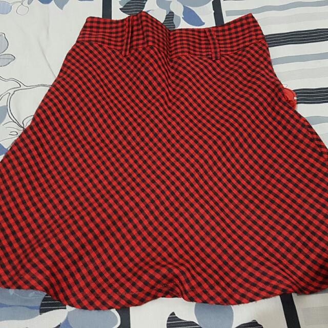 rok kotak kotak merah