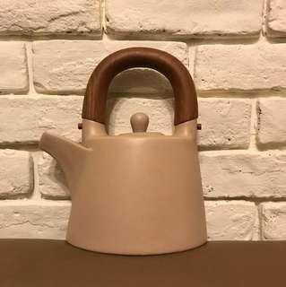 陶瓷木頭拼接奶茶色造型茶壺