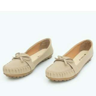 Cream flat shoes