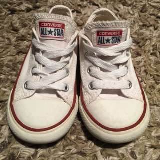 Boys size 7 converse in white