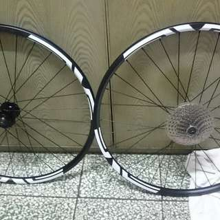 Giant rim 27.5 with enve sticker and 10s sprocket