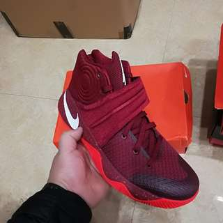 NIKE 歐文2 KYRIE ID 酒紅配色男子籃球鞋 843253-991
