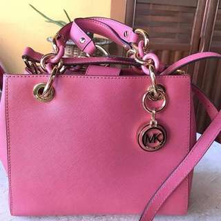 Micheal kors cynthia satchel small in tulip colour.  99% good condition. Comes with dust & paperbag.  Selling for rm600 negotiable. Last price rm500 nego..