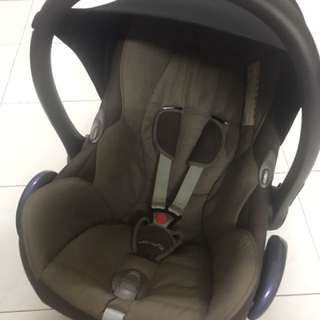 Maxi Cosi Cabriofix with Easybase 2 (belt fitted)