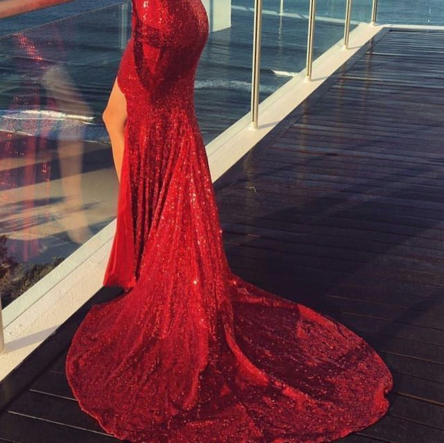 👭 RED SEQUINS BALL GOWN WITH LONG TRAIN (RENTAL)