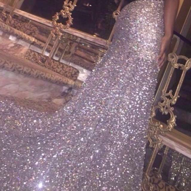 👭 SILVER SEQUINS GOWN WITH LONG TRAIN (RENTAL)
