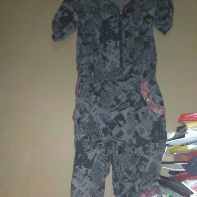 Jumpsuit abstrak