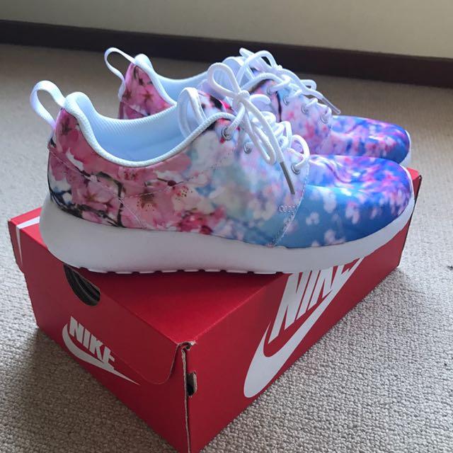 NEW Nike Roshe Cherry blossom size 6