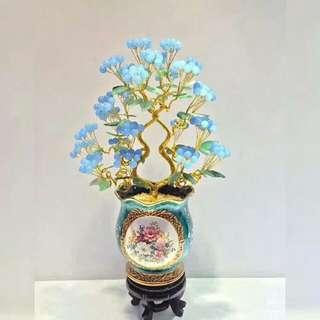 《金枝玉葉》搖錢樹 天然精選清新海藍色水晶工藝品 擺件 美觀大氣 歐式平安果搖錢樹  藍色的象徵意義是:寧靜,深邃,內在,智慧。  藍色在自然的掩映下,更加清新淡雅,富於裝飾味道,特別適合工作緊張的白領,讓喧囂的心靈靠岸寧靜的港灣。  材   料:天然藍玉髓、玉葉等,紅色,黃色都有的,還可以定製別的顏色 尺寸:高50釐米寬32釐米