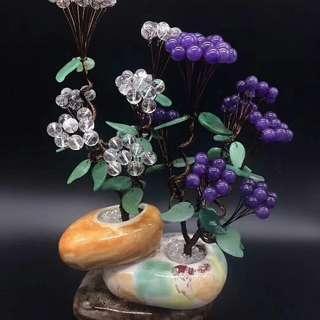 """""""百年好合 同心樹""""白水晶純潔、淨化心靈,紫水晶鎮宅辟邪,材料:水晶、玉果、玉葉,尺寸:高38cm、寬26cm"""