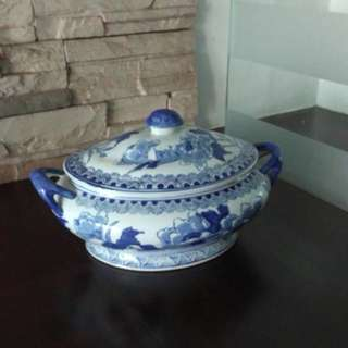 Porcelain container with lid