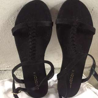 Divided suede sandals